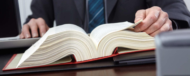 Buch mit Gesetzen - bildlich für Leistungen der Kanzlei