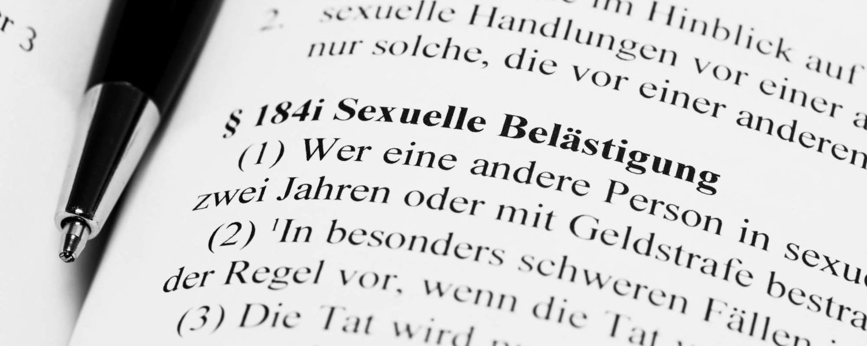 Paragraph zur sexuellen Belästigung - bildlich für Sexualstrafrecht
