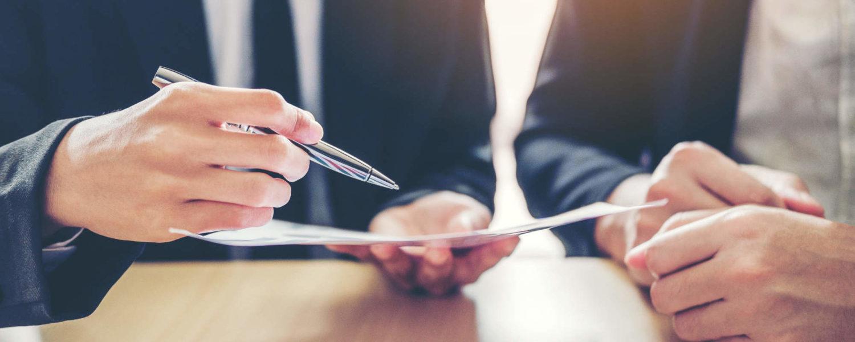 Besprechung eines Informationsblatts - bildlich für wichtige Informationen im Strafrecht
